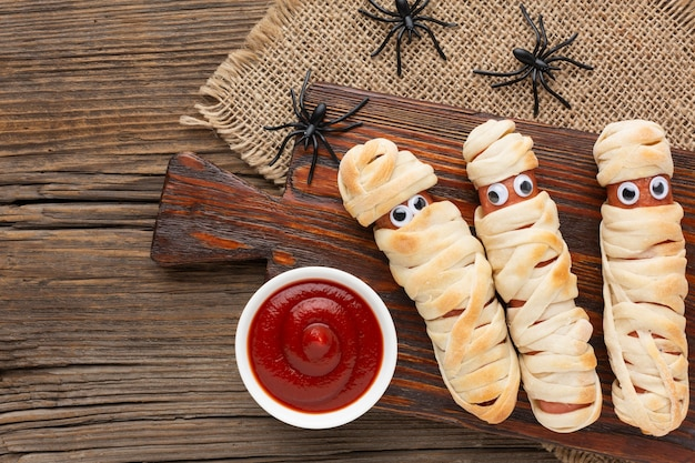 Vista superior de comida de halloween con salsa