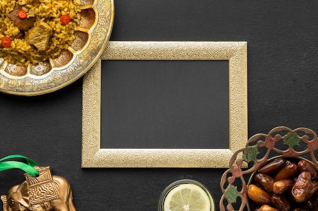 Vista superior de comida india con marco