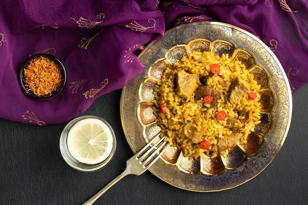 Vista superior de comida india y sari morado.