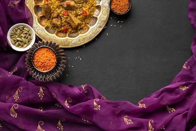 Vista superior de comida india y sari.