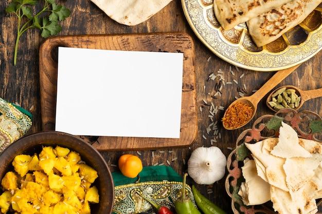 Vista superior de comida india con tablero de madera