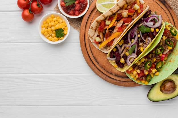 Vista superior de comida mexicana fresca con espacio de copia