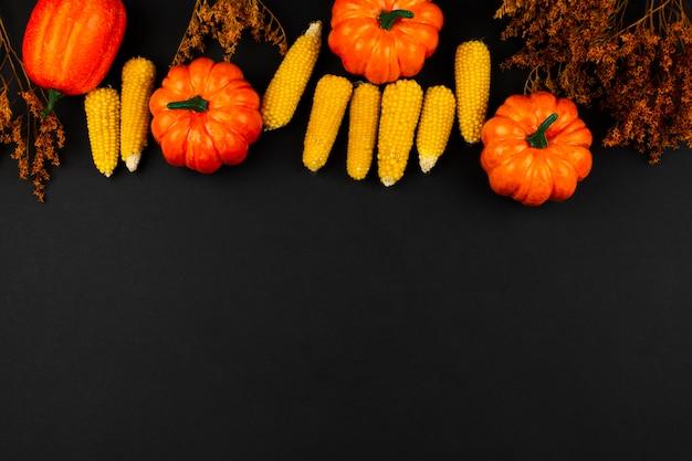 Vista superior comida de otoño con fondo negro
