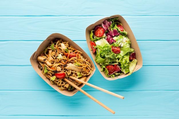 Vista superior de comida rápida ensalada y plato asiático
