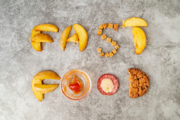 Vista superior de comida rápida escrita en la mesa