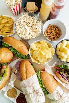 Vista superior de comida rápida en la mesa