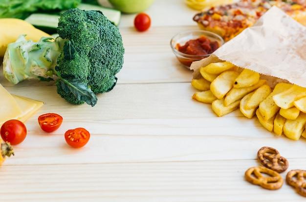 Vista superior comida saludable vs comida poco saludable