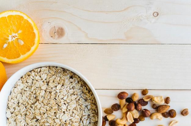 Vista superior comida sana sobre mesa de madera