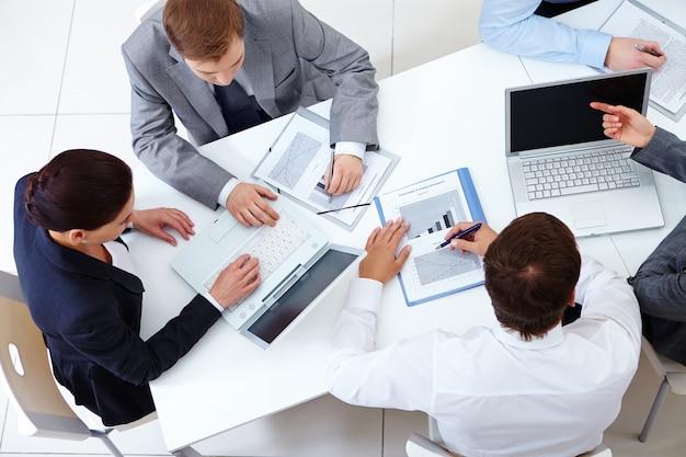 Vista superior de compañeros de trabajo planeando una estrategia