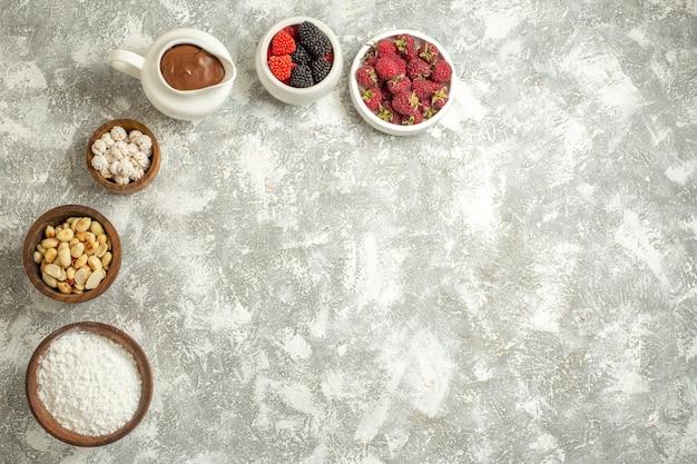 Vista superior de complementos dulces sobre fondo de mármol