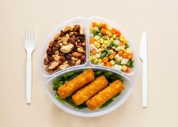 Vista superior de la composición cocida de alimentos por lotes