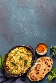 Vista superior de la composición de la comida de pakistán con espacio de copia
