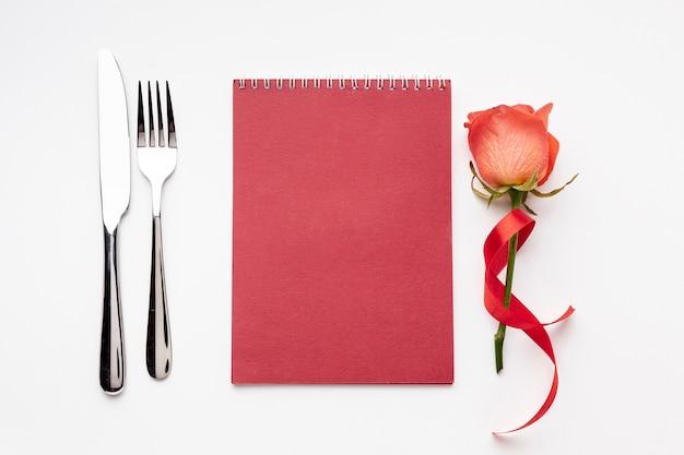 Vista superior composición del día de san valentín con bloc de notas rojo vacío