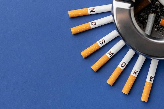 Vista superior composición de elementos del día sin tabaco