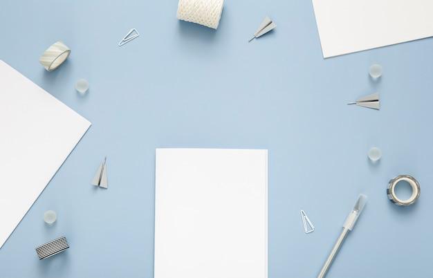 Vista superior composición de elementos de escritorio sobre fondo azul.