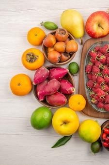 Vista superior de la composición de frutas frescas diferentes frutas sobre fondo blanco.
