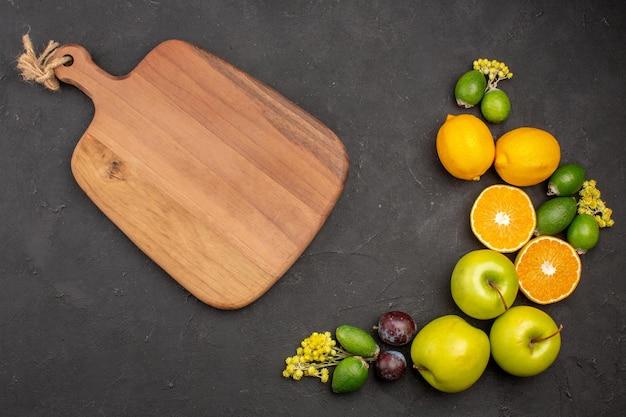 Vista superior de la composición de frutas frescas frutas maduras y suaves en la superficie oscura frutas vitamina fresca madura suave