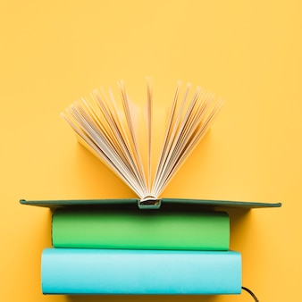 Vista superior composición de libros