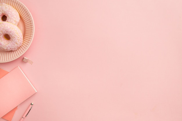 Vista superior composición de lugar de trabajo rosa con espacio de copia