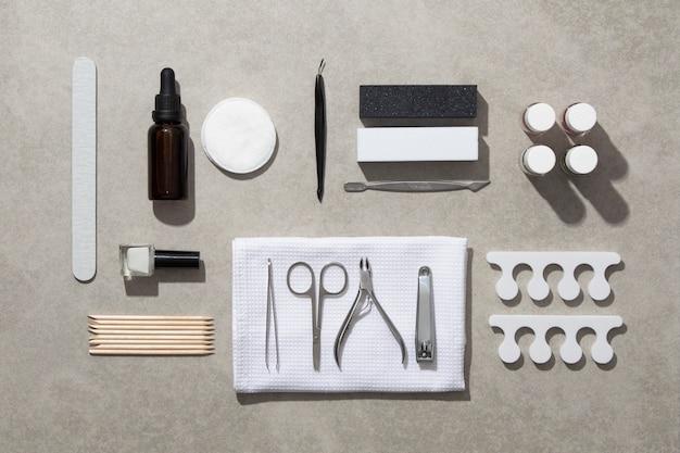 Vista superior de la composición de la naturaleza muerta de los productos para el cuidado de las uñas