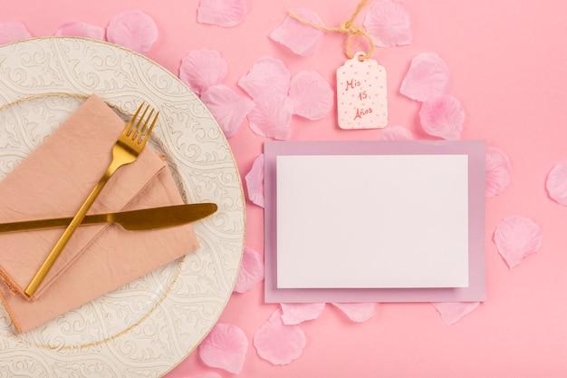 Vista superior composición de quinceañera sobre fondo rosa
