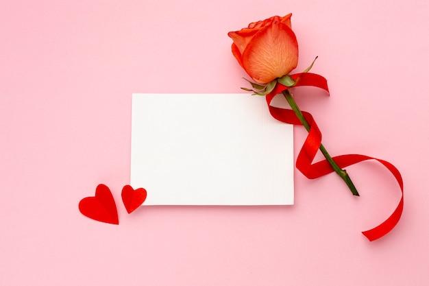 Vista superior composición de san valentín con tarjeta vacía