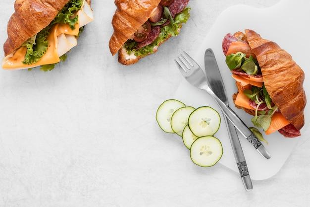 Vista superior composición de sándwiches frescos sobre fondo blanco.