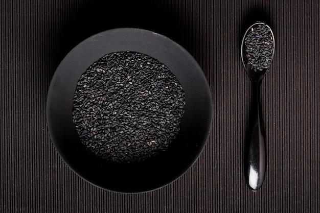 Vista superior composición de semillas negras en placa