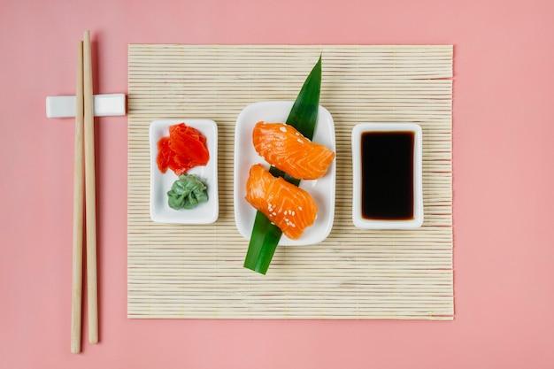 Vista superior de la composición de sushi japonés tradicional