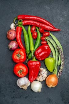 Vista superior de la composición de verduras frescas en la mesa gris ensalada de color fresco maduro