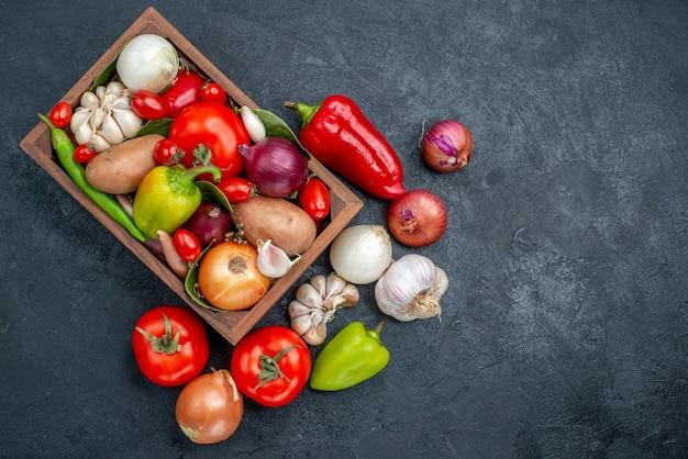 Vista superior de la composición de verduras frescas en la mesa oscura ensalada de color fresco maduro