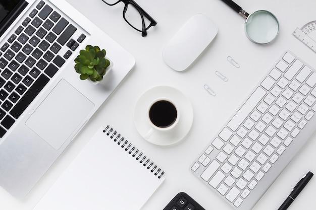 Vista superior de la computadora de escritorio y café