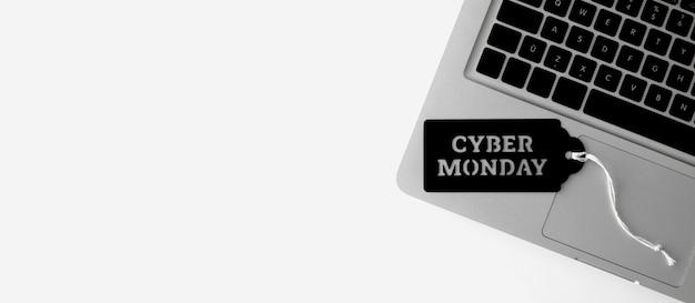 Vista superior de la computadora portátil con etiqueta para cyber monday