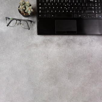 Vista superior de la computadora portátil y la marioneta con espacio de copia