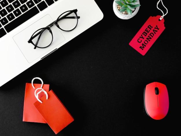 Vista superior de la computadora portátil y el mouse con etiqueta para cyber monday