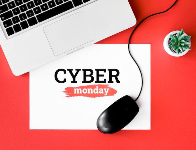 Vista superior de la computadora portátil y el mouse con planta para cyber monday