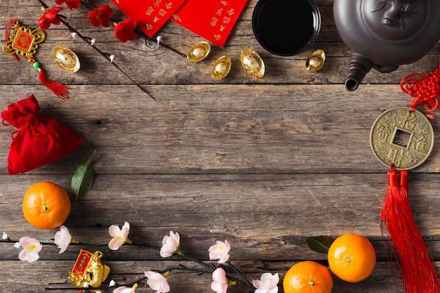Vista superior del concepto de año nuevo chino en mesa de madera