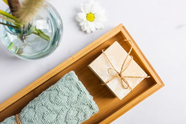 Vista superior del concepto de baño con jabón y toalla en caja