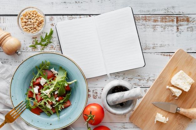 Vista superior del concepto de bodegón de libro de recetas