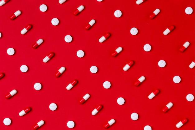 Vista superior del concepto del día del corazón con pastillas