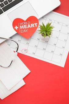 Vista superior del concepto del día mundial del corazón con calendario