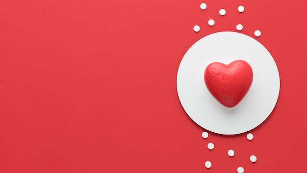 Vista superior del concepto del día mundial del corazón con espacio de copia