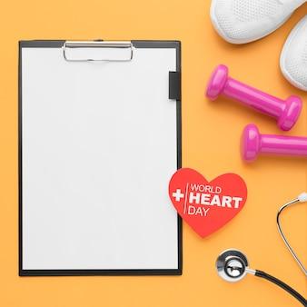 Vista superior del concepto del día mundial del corazón con portapapeles