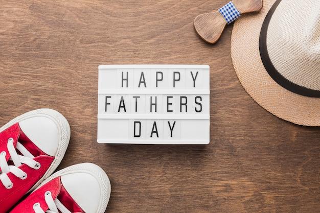 Vista superior del concepto del día del padre con sombrero