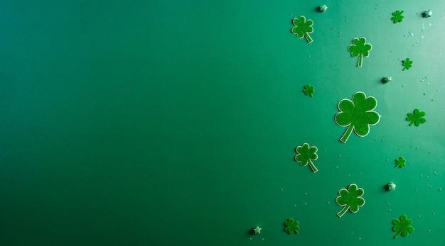 Vista superior del concepto del día de san patricio de hojas de trébol en verde