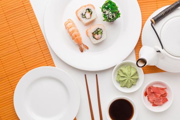 Vista superior del concepto de día de sushi en la mesa