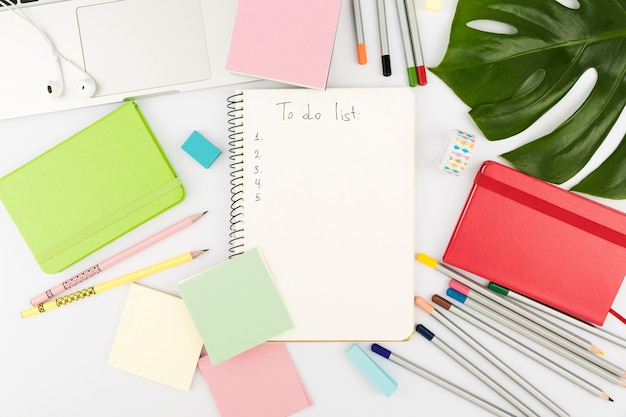 Vista superior del concepto de escritorio colorido