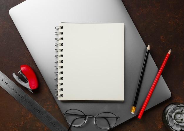 Vista superior del concepto de escritorio con espacio de copia