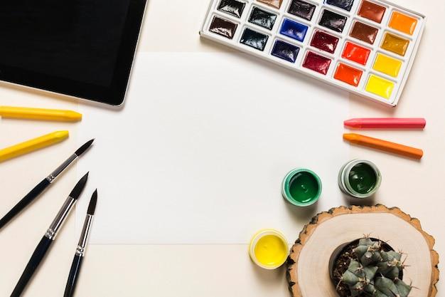 Vista superior del concepto de escritorio con pintura y espacio de copia