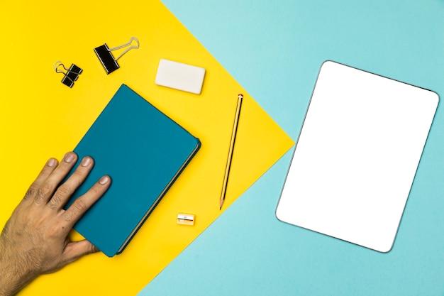 Vista superior del concepto de escritorio con tableta portátil y maqueta